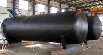 永通技术人员对碳钢储罐外壁做防腐处理